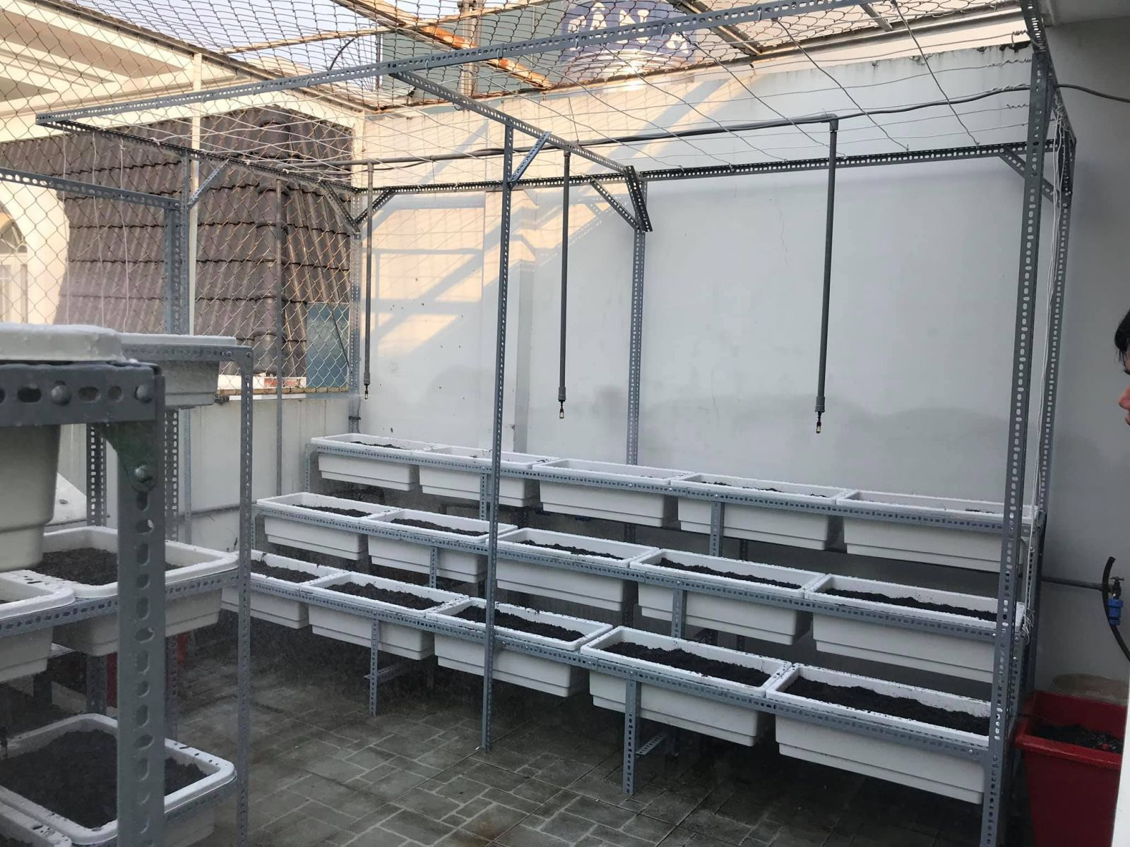 Quang Anh HCM chuyên thi công vườn rau sạch tại nhà bằng mô hình giàn trồng rau bằng sắt V lỗ